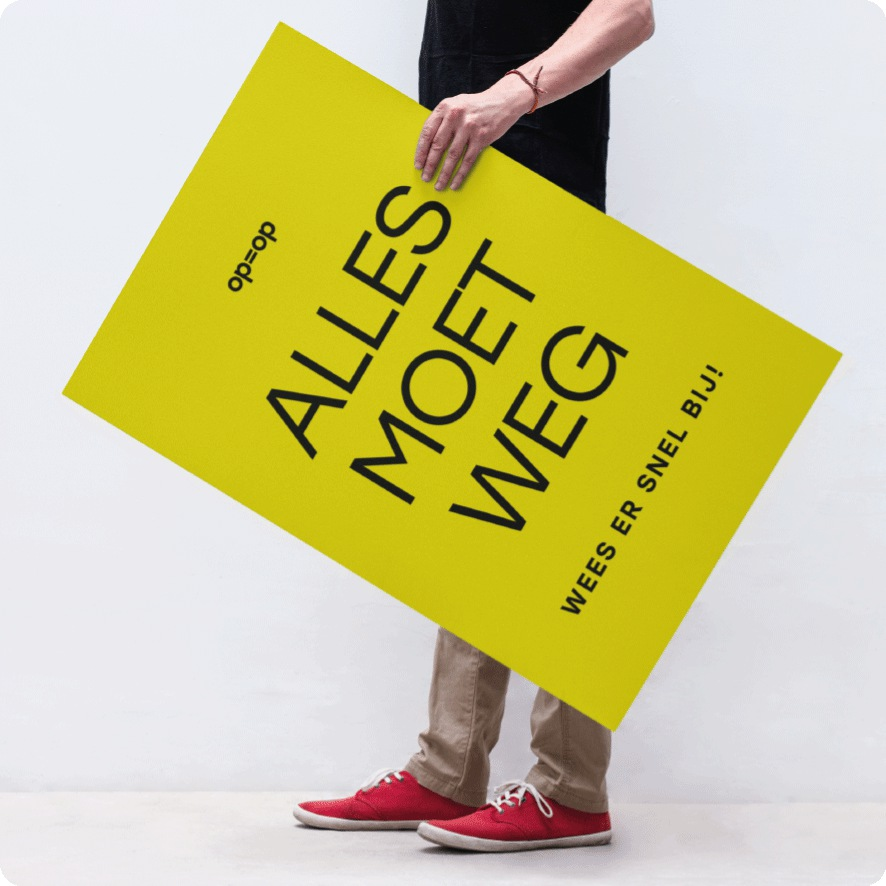 Man houdt 'Alles moet weg' poster vast