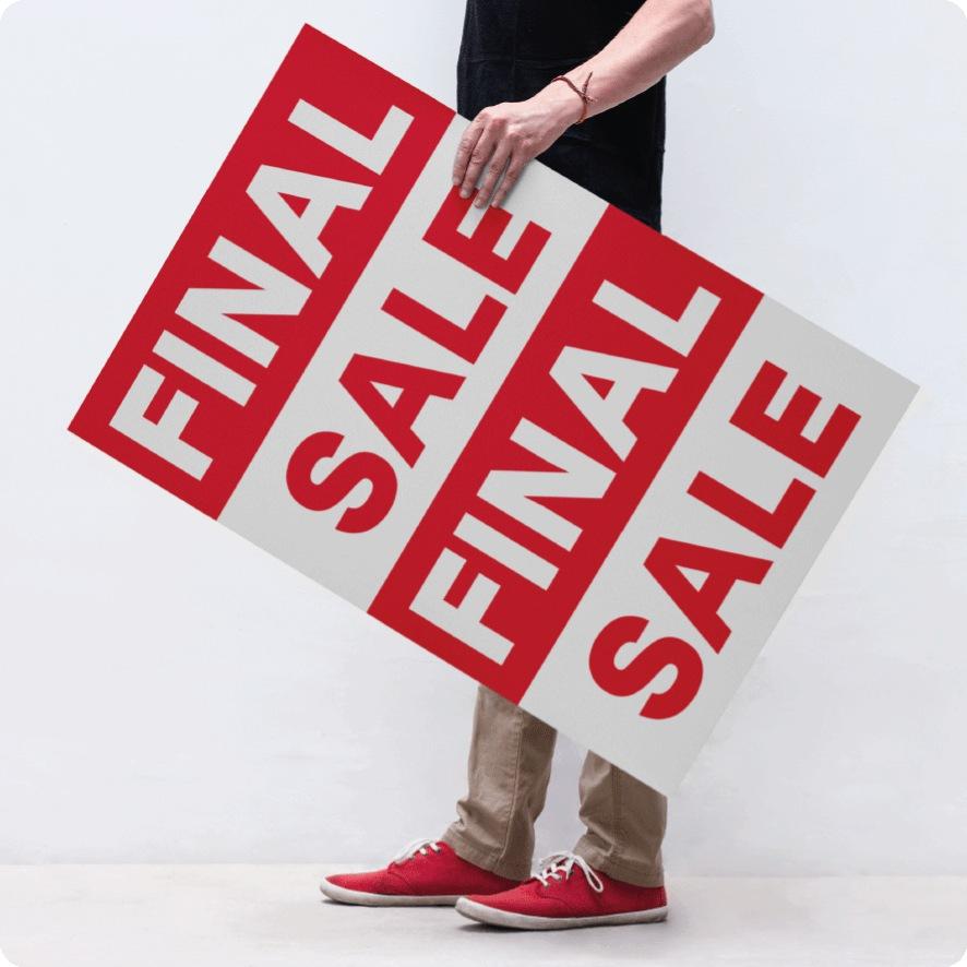 Man houdt final sale poster vast