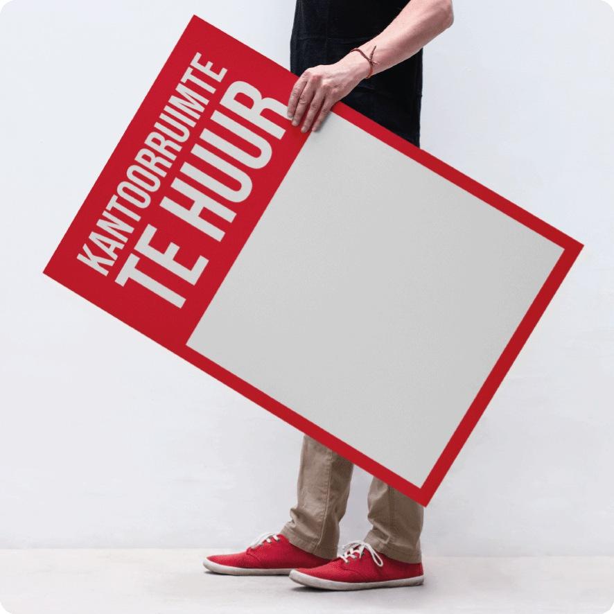 Man houdt 'Kantoorruimte Te Huur' poster vast