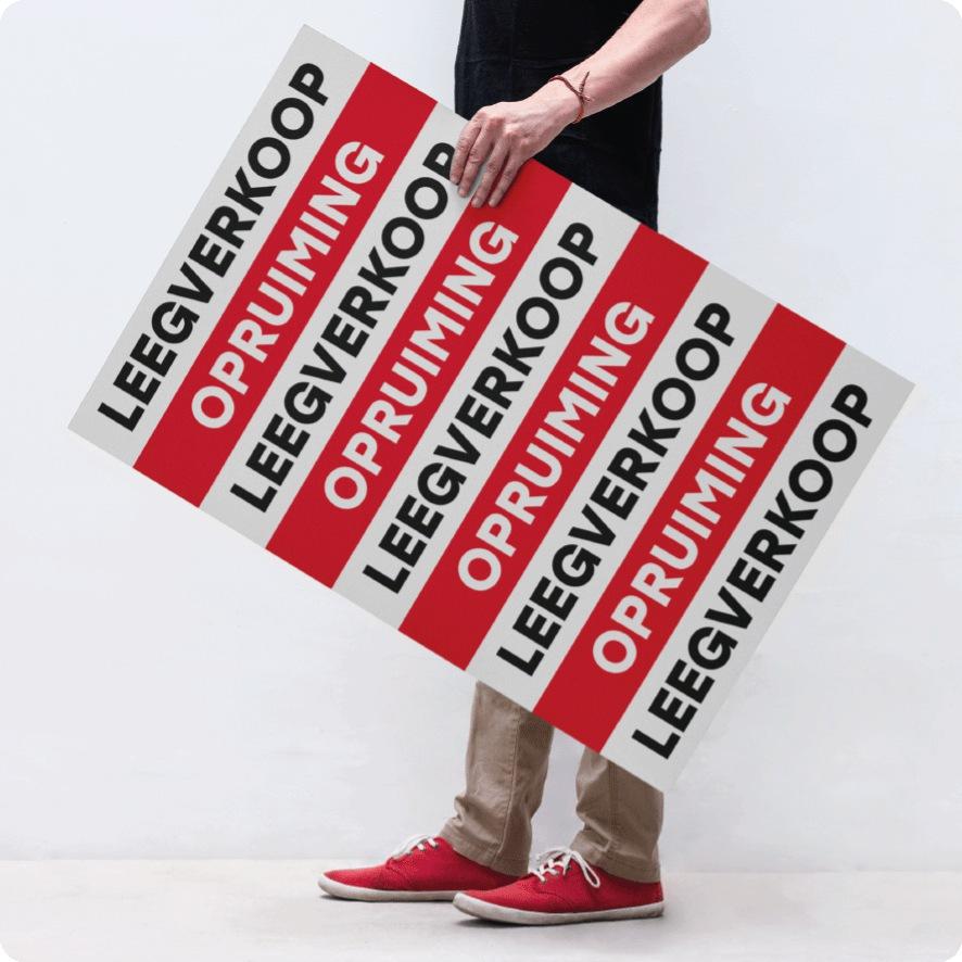 Man houdt leegverkoop 'Opruiming' poster vast