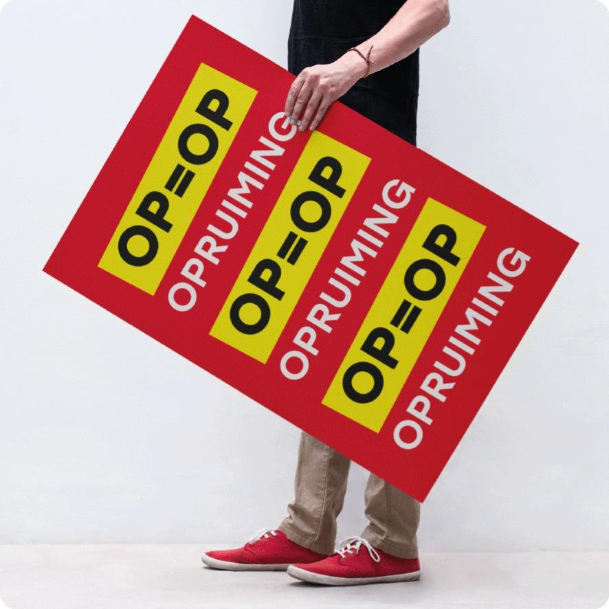 Man houdt 'OP=OP' opruiming poster vast