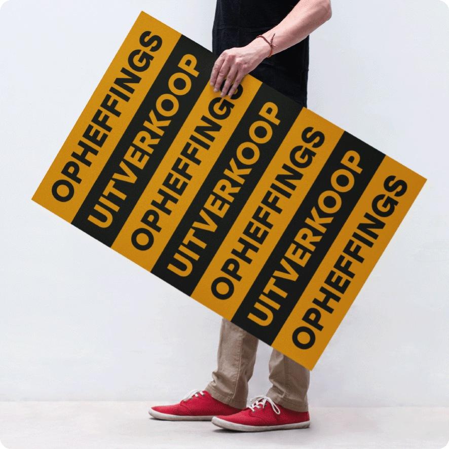 Man houdt 'Opheffingsuitverkoop' poster vast