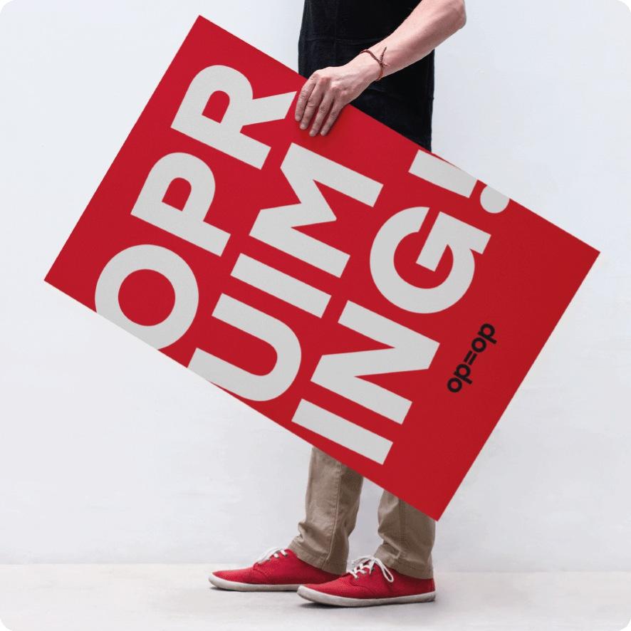 Man houdt 'Opruiming' poster vast