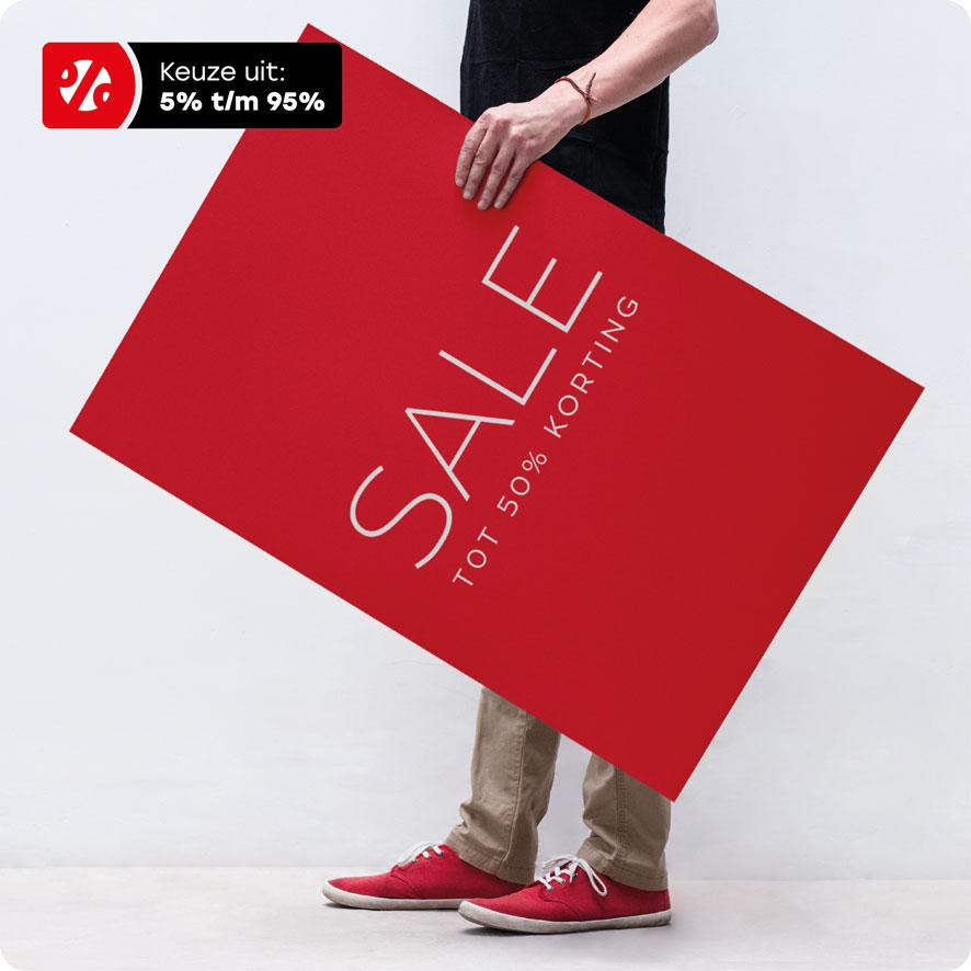 Man houdt 'Sale Korting' poster vast