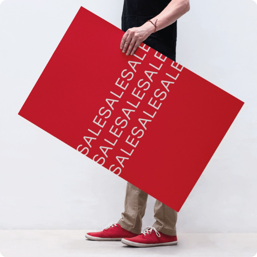 Man houdt 'Sale' poster vast