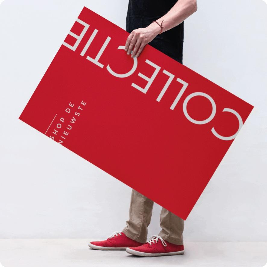 Man houdt 'Shop de nieuwe collectie' poster vast