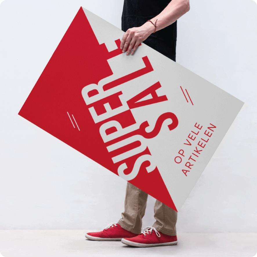 Man houdt 'Super Sale' poster vast