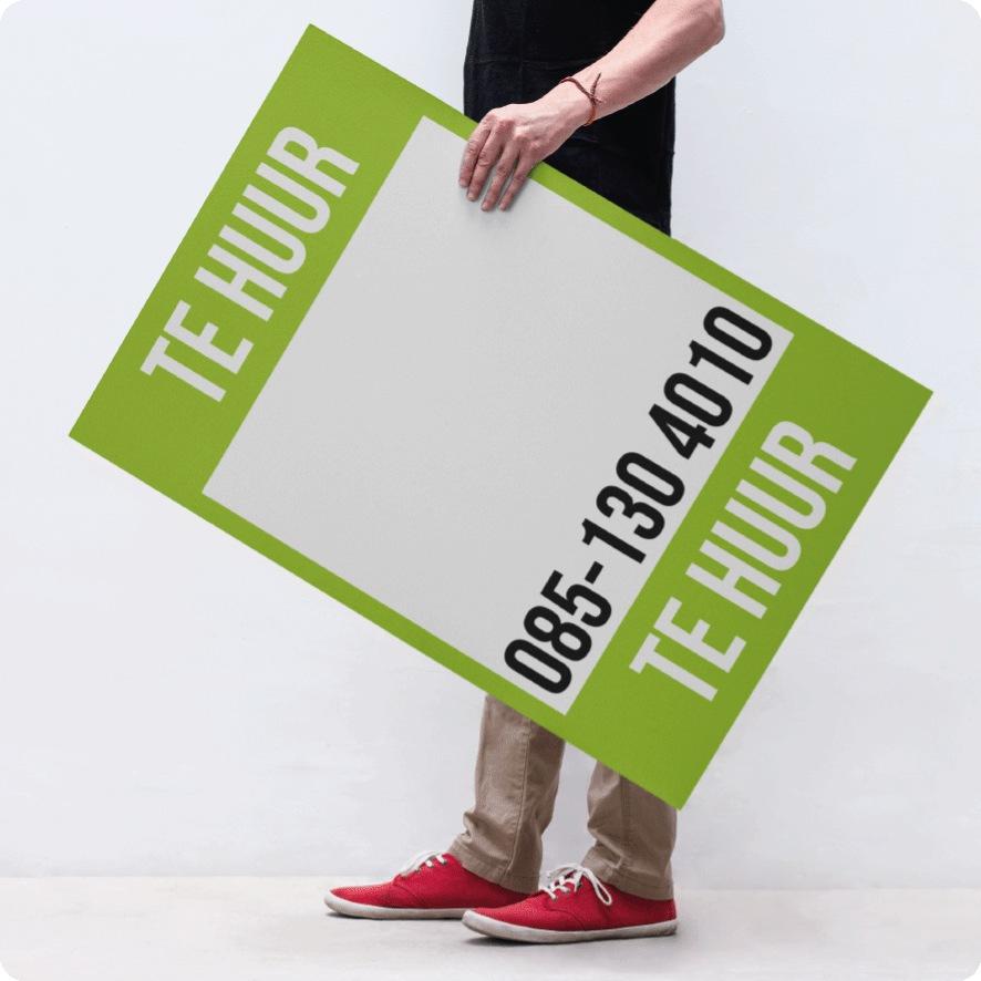 Man houdt 'Te Huur' poster vast