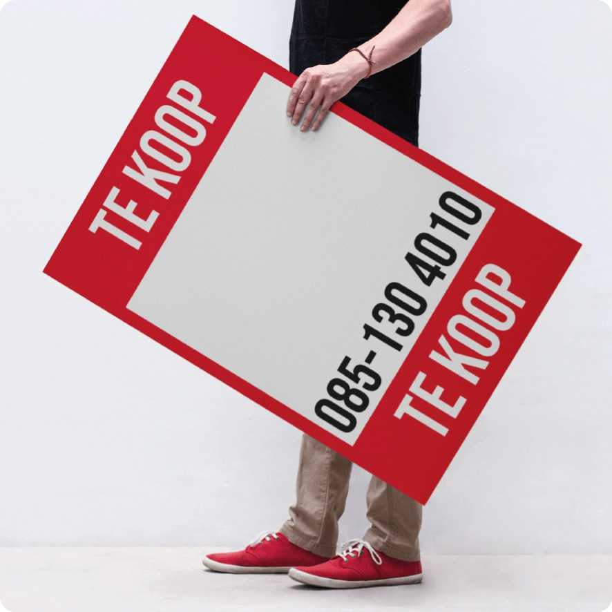 Man houdt gepersonaliseerde 'Te Koop' poster vast