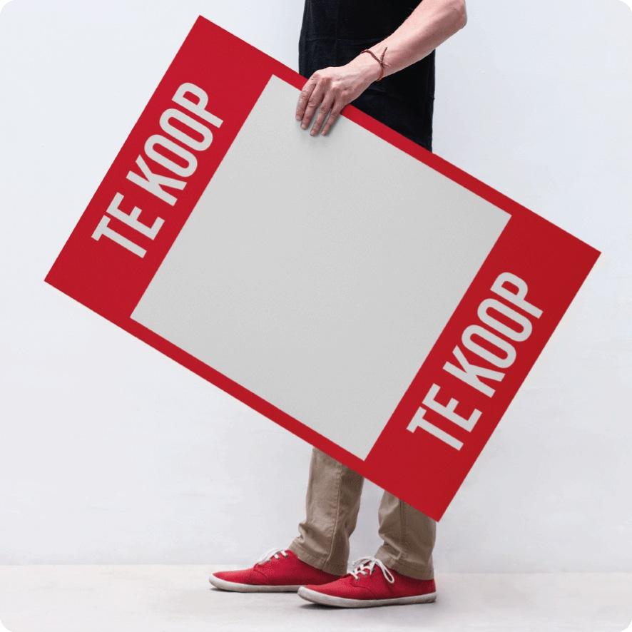Man houdt 'Te Koop' poster vast