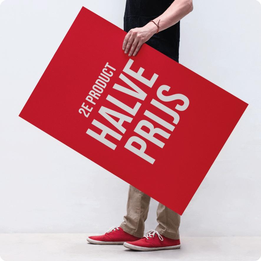 Man houdt '2e product halve prijs' poster vast