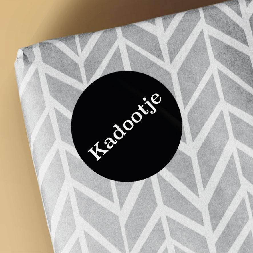 Sticker 'Kadootje' lichtrood rond 30mm cadeau verpakking
