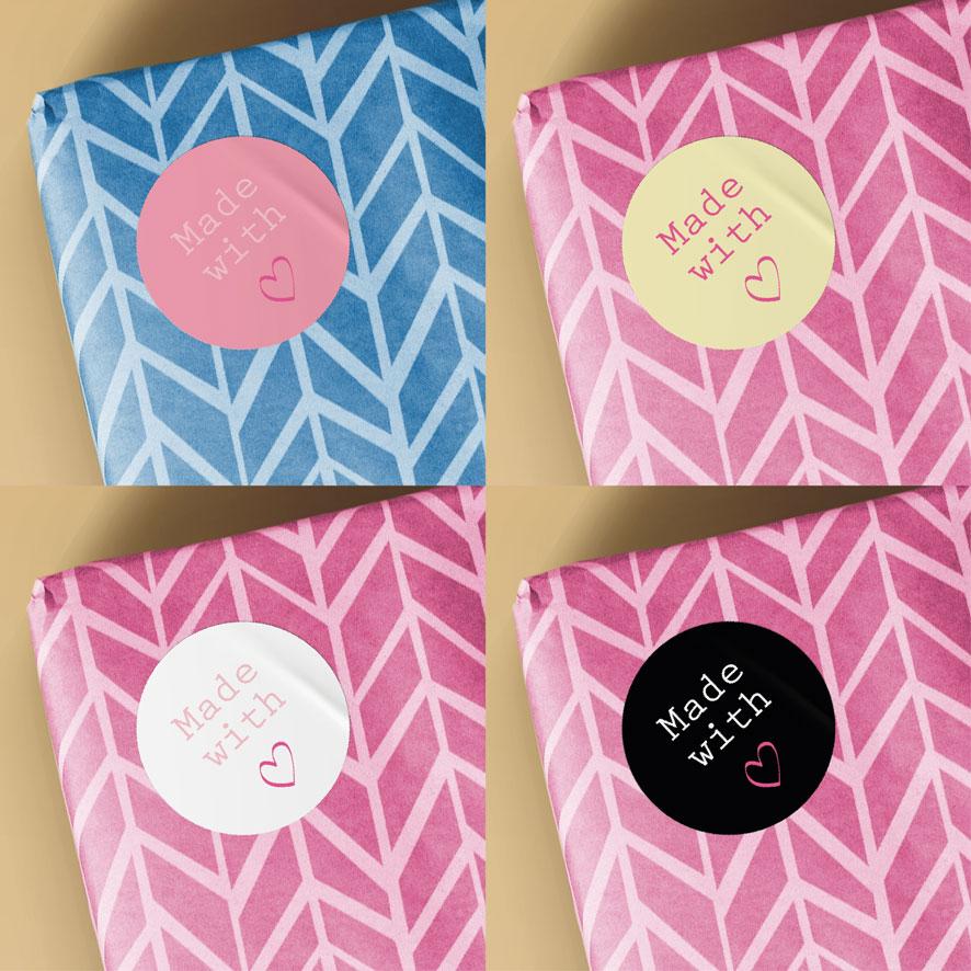 Voorbeeld sticker 'Made with love' lichtgeel-donkerroze cadeau verpakking