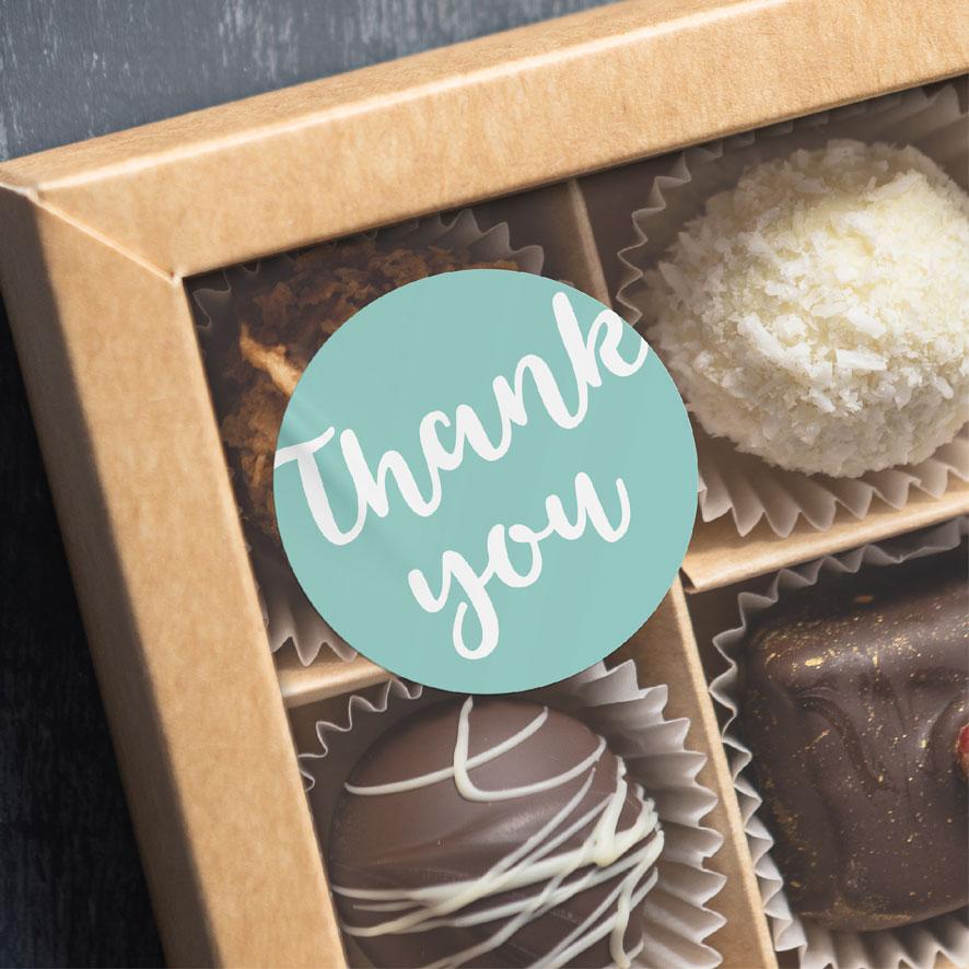 Thank you sticker lichtrood rond 30mm chocolade doos