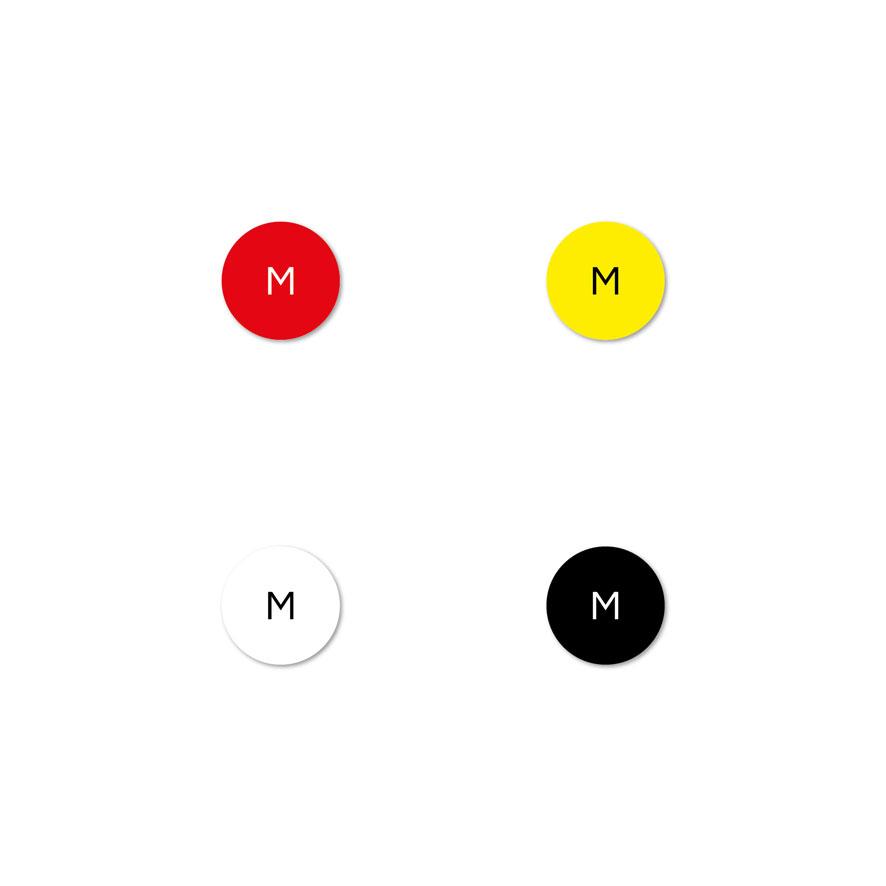 Maatstickers M rood, geel, wit, zwart rond 15mm witte achtergrond